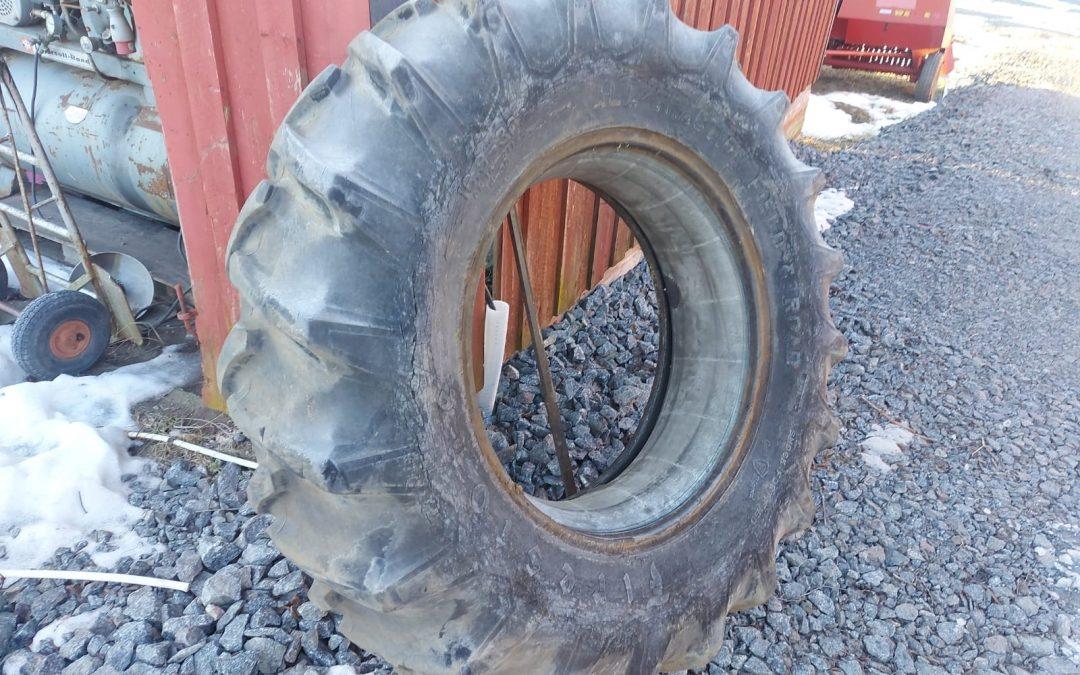 Traktorin rengas 16.9×30 sisärenkaalla