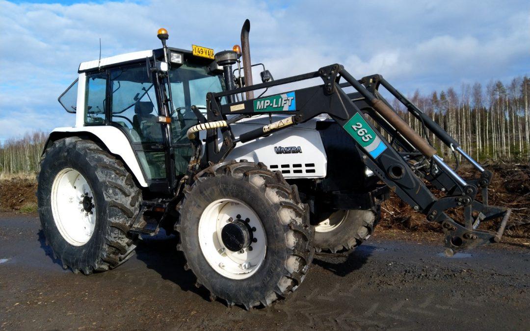 Valmet 8400 – Traktori etukuormaajalla – Valtra 8400 – VIDEO
