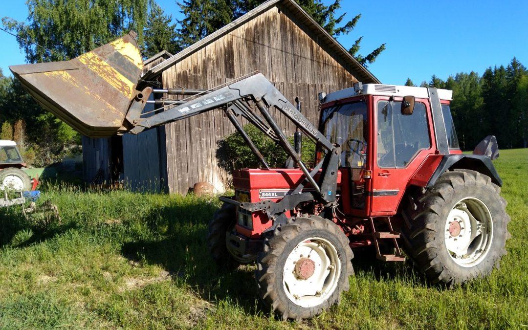 Traktori International 844XL – Etukuormaajalla – ASIAKKAAN LUKUUN