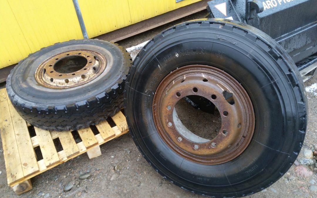 Kuorma-auton renkaat vanteella 2 kpl koko 11.00×20