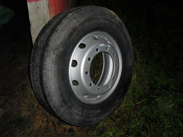 Kuorma-auton rengas vanteella 275/80/22.5, myydään asiakkaan lukuun